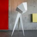 Lampadaire bas blanc, style projecteur de cinéma très design pieds acier abat-jour plexi blanc