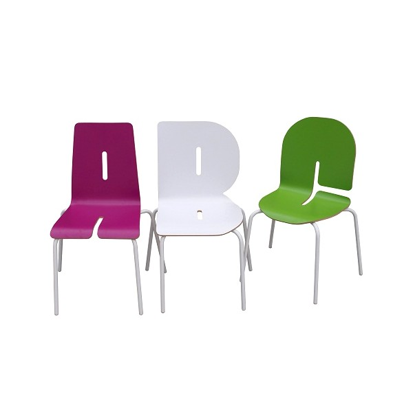 Chaise enfant typographie en forme de lettre for Chaise 3 pieds